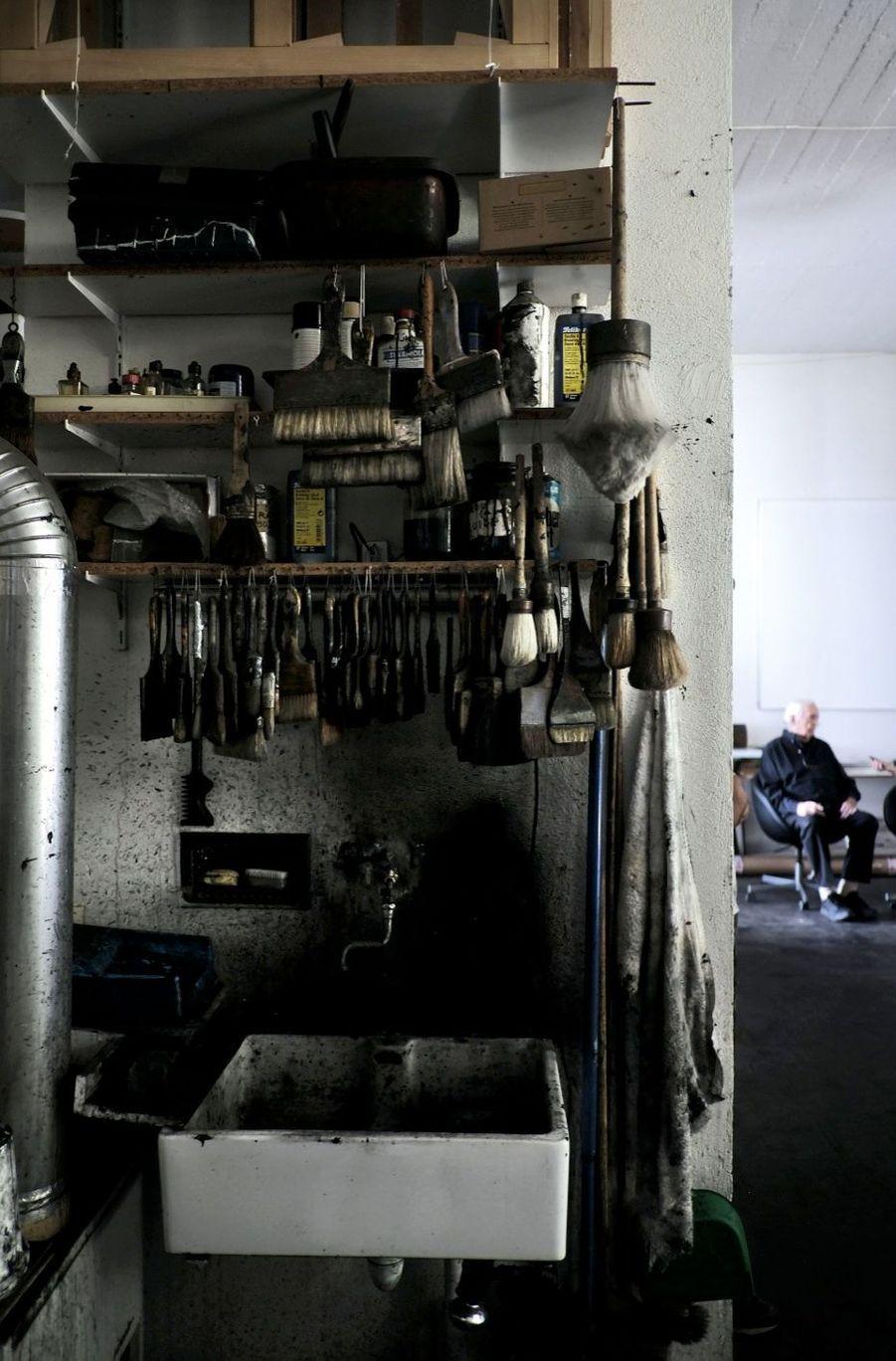 Dans son atelier. Fils de carrossier, il se procure d'épaisses brosses-balais chez les peintres en bâtiment, des racloirs chez les tanneurs...