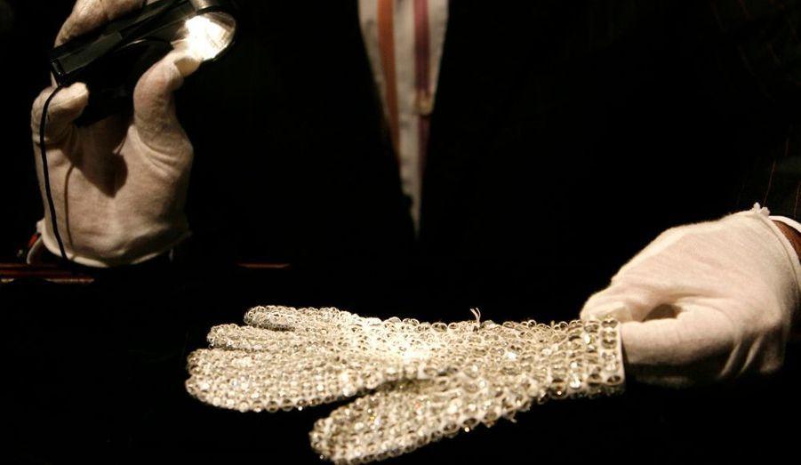 """Les gants que Michael Jackson portait dans le clip """"Billie Jean"""", sorti en 1983."""