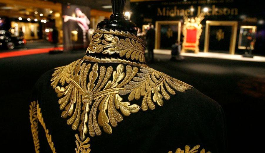 Une des mythiques vestes noires brodées de strass du roi de la Pop.