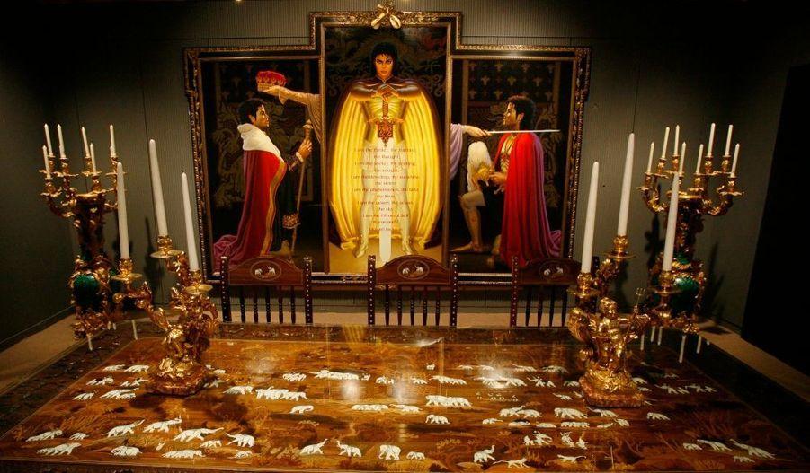Des objets et un triptyque représentant Michael Jackson.