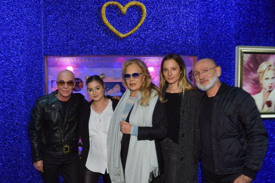 Sylvie Vartan poseaux côtés de Pierre et Gilles, entourée de sa fille DarinaScotti-Vartanet sa petite-fille Ilona Smet.