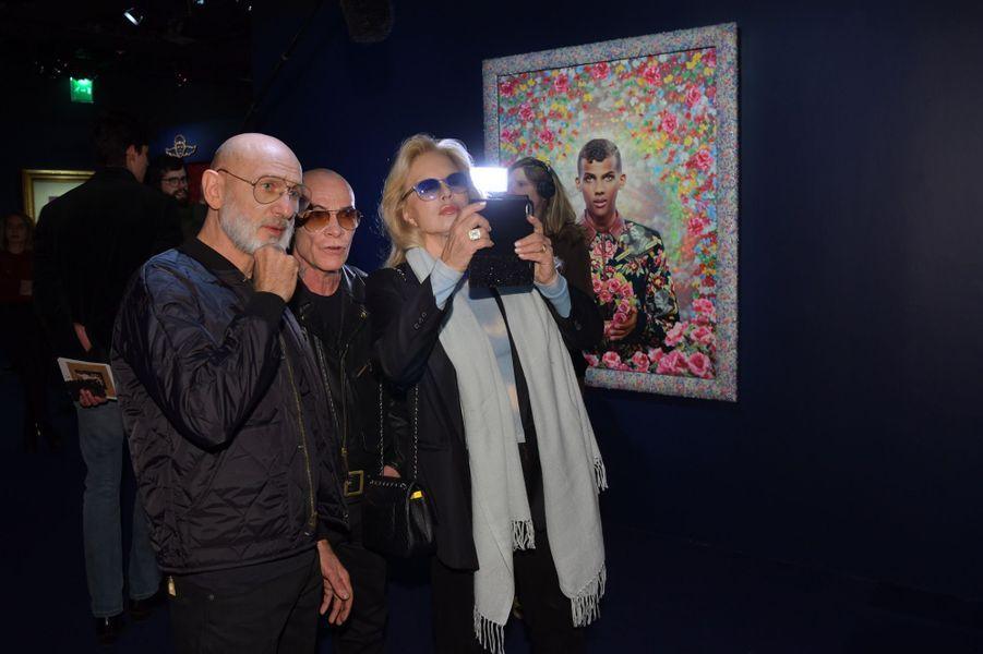 Sylvie Vartan découvre avec Pierre et Gilles l'exposition.