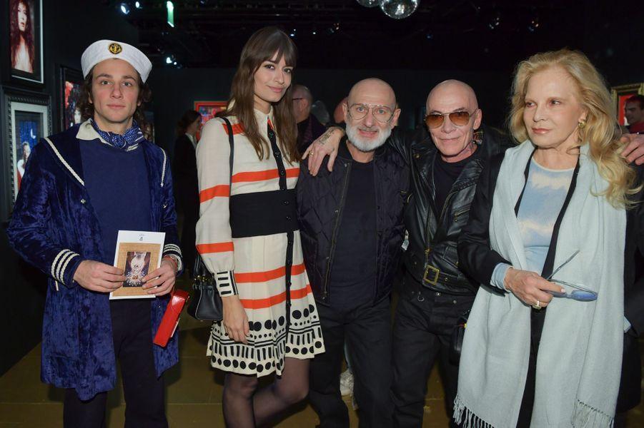 Marlon Magnée (du groupe La Femme) Clara Luciani et Sylvie Vartan lors de l'inauguration de l'exposition de Pierre et Gilles.