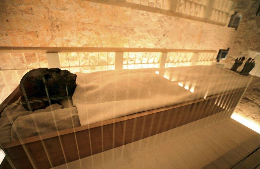 Le corps momifié reste à demeure, dans un caisson de verre vidé d'oxygène.