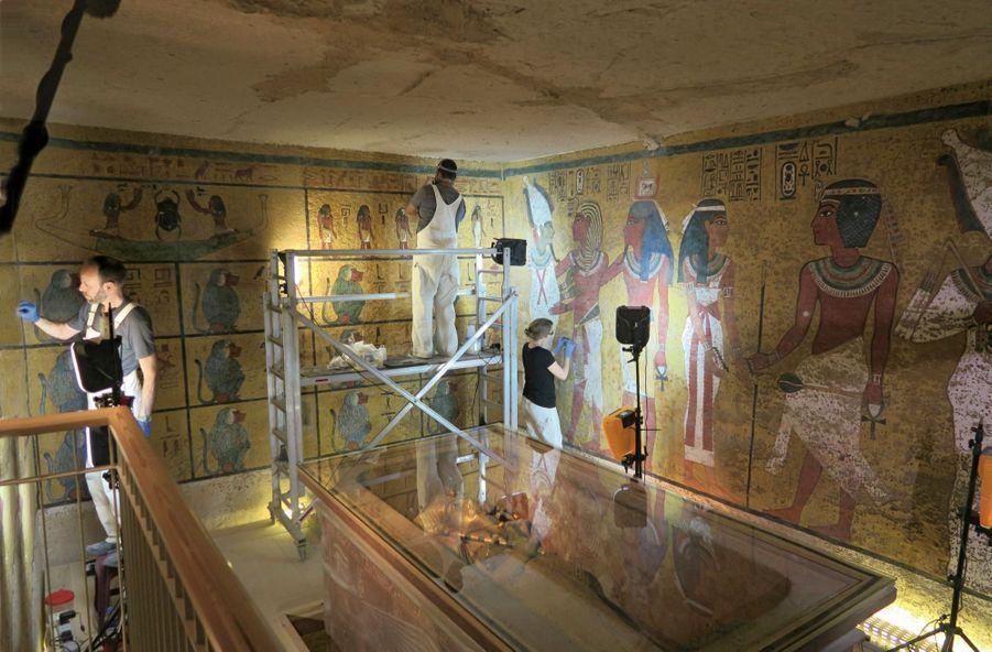 Une équipe de spécialistes restaure les fresques évoquant la vie du pharaon, au printemps 2016.