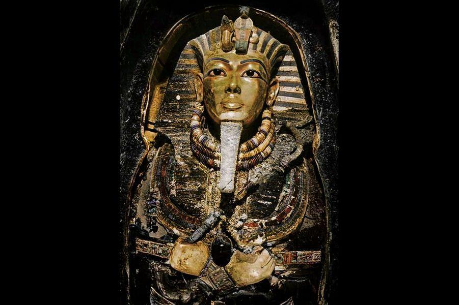 Aussi célèbre que « La Joconde ». Le masque mortuaire, photographié en 1925, colorisé depuis. Sur la coiffe, les pastilles qui bouchaient chaque lobe d'oreille percé : cet ornement était peut-être destiné à une femme
