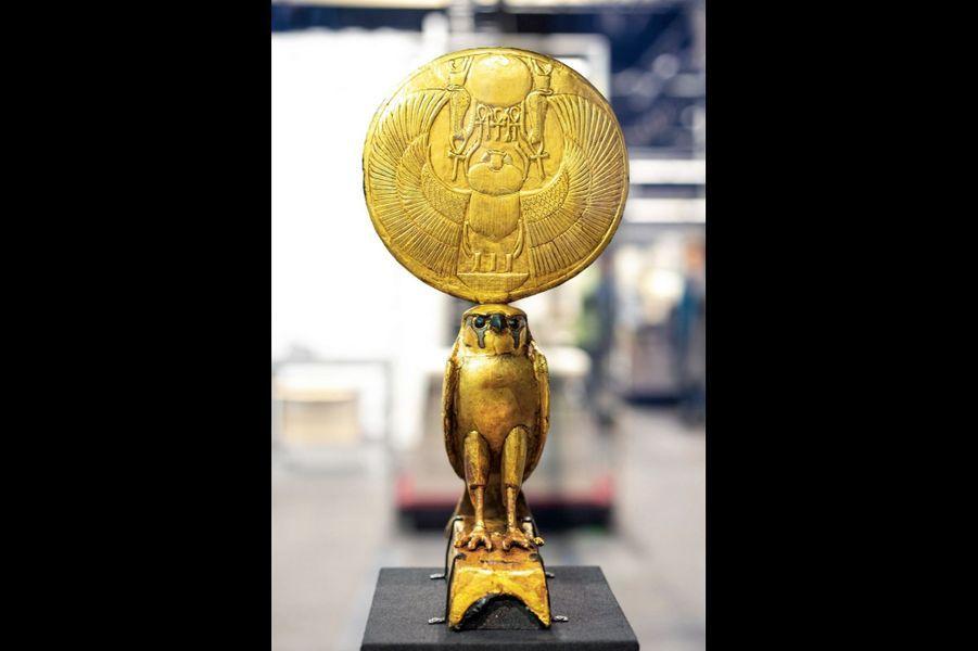 Figure d'Horus en faucon solaire. Bois, gesso, dorure. Hauteur 37,5 centimètres.
