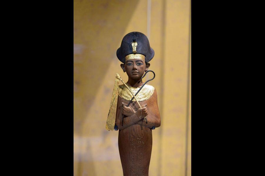 Statuette funéraire du roi portant une couronne khepresh. Bois, feuille d'or, peinture. Hauteur 48 centimètres.