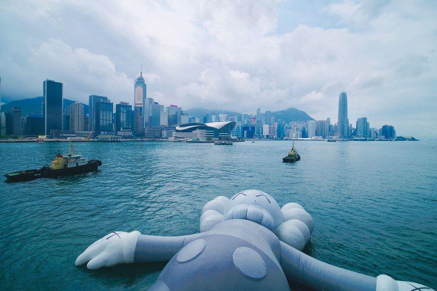 Companion, l'un des personnages phares de l'artiste américain KAWS, flotte dans le port de Hong Kong.