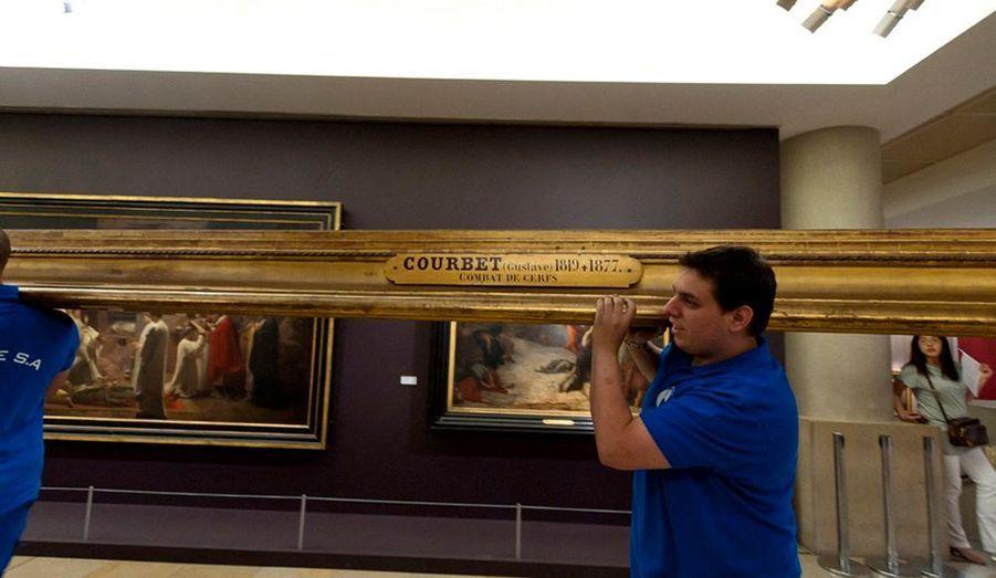 Pour la première fois depuis que la gare est devenue musée, en 1986, le musée d'Orsay a fait sa révolution. A l'issue de deux ans de travaux et de 20 millions d'euros de chantier, l'institution parisienne s'enrichit de 2000 m2 d'espaces d'expositions voués à l'art décoratif des années 1900. La grande nouveauté, c'est aussi la couleur. Selon les vœux de Guy Cogeval, l'audacieux directeur d'Orsay, les cimaises correspondent désormais à la tonalité des œuvres.Violet pour le pavillon Amont, gris pour les Impressionnistes (dont la salle a été repensée par l'architecte Jean-Michel Wilmotte), bleu profond pour les post-impressionnistes. Quant au café des hauteurs, il a été entièrement réaménagé et décoré par les frères Campana. Miroir en forme de poulpes, chaise galet, branches de corail rouge… C'est un univers à la Jules Verne idéal pour le repos de l'œil et de l'esprit. Sublime. Un nouvel Orsay à découvrir à partir du 20 octobre.Reportage Anne-Cécile Beaudoin. Photos Philippe Petit.