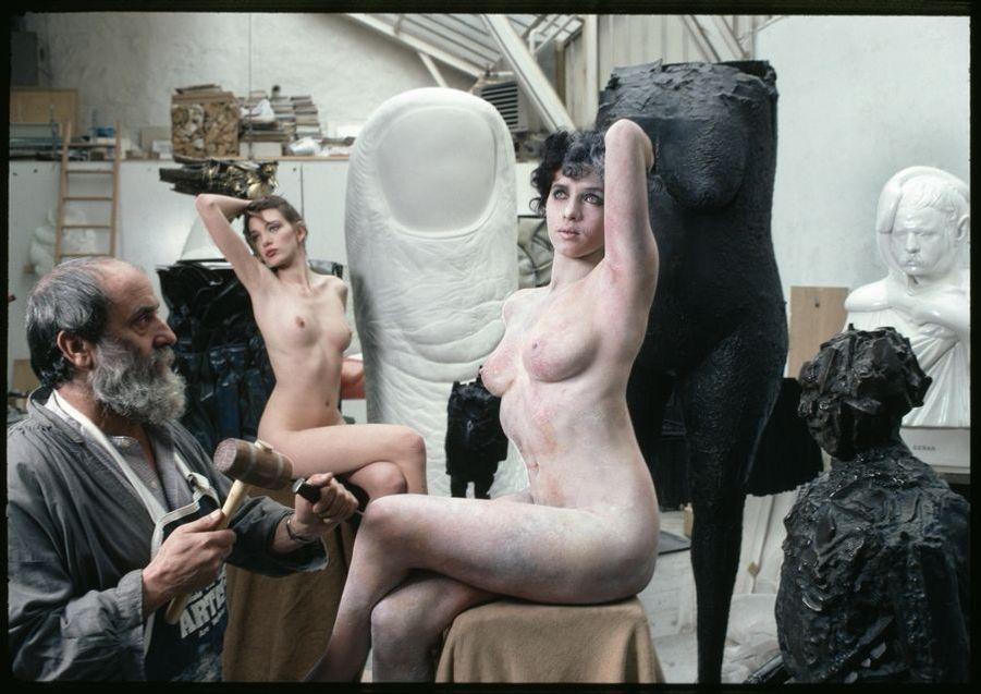César, par Jean-Claude Sauer (1935–2013). Les sculptures les plus célèbres de César sont des compressions d'objets, notamment de voitures, ou des « empreintes », comme le Pouce monumental dont il garde un tirage dans son atelier de Montparnasse. En 1980, pourtant, le chef de file des « nouveaux réalistes » fait une entorse à ses habitudes en utilisant deux modèles, Fabienne et Salima Gardel.LOT N°005 - Tirage postérieur sur papier baryté - Edition 1/1 - 53 x 80 cm - Encadrement bois noir et passe-partout tournant.