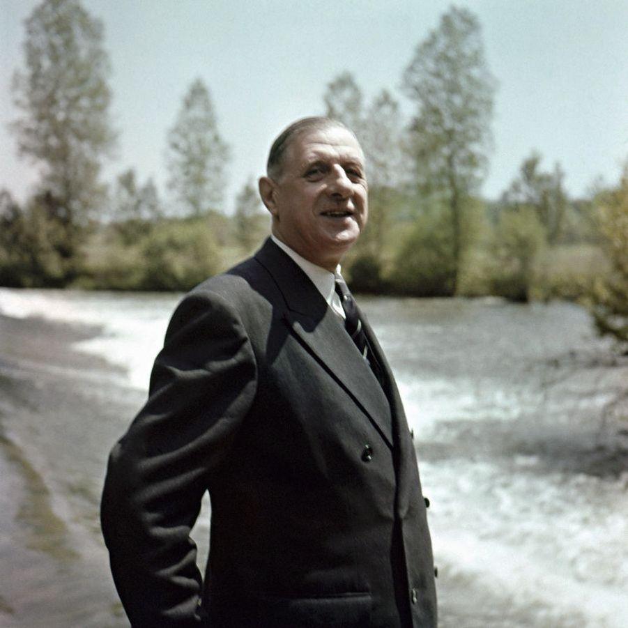 Charles de Gaulle, par Jean Mangeot (1924-1975). Juin 1951. L'une des rares photos où sourit le Général de Gaulle. Celui qui est alors président du RPF (Rassemblement du Peuple Français) pose au bord de l'Isle, près de Périgueux, où il est venu présider un meeting. Le héros du 18 juin compte sur un succès aux législatives qui seront organisées cette année… le 17. Beau symbole pour ce qui sera finalement un demi-échec électoral. Le premier des Français libres se doute-t-il qu'il deviendra, dans sept ans, le premier Président de la Ve République ? L'année 2020 marque le cinquantenaire de sa disparition.LOT N°109 - Tirage postérieur sur papier baryté - Édition 1/1 - 60 x 60 cm - Encadrement bois noir et passe-partout tournant.