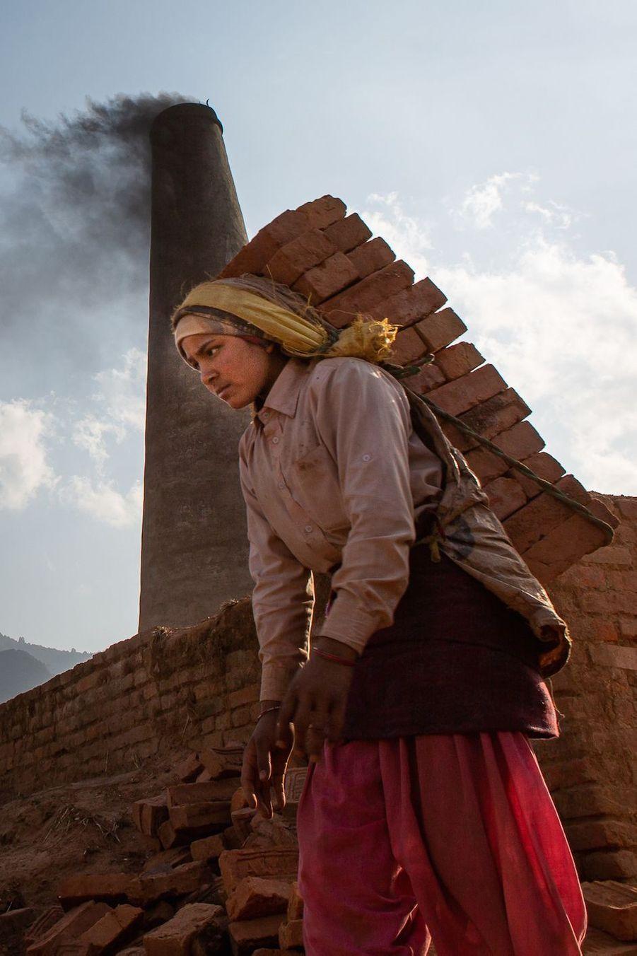 A Katmandou, au Népal, une ouvrière au travail dans une usine de briques. Katmandu.