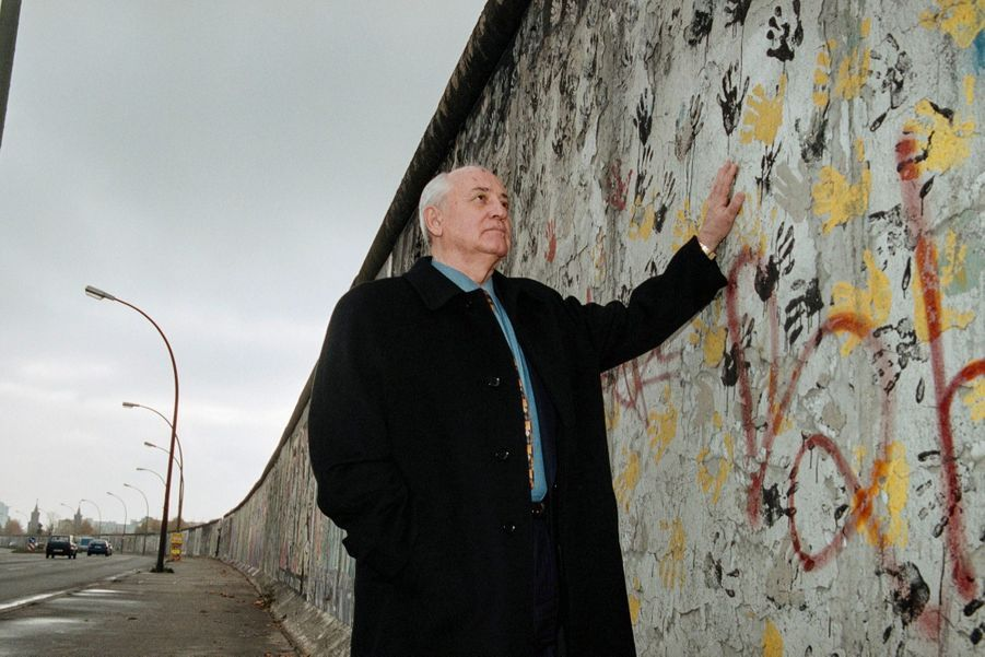 Mikhail Gorbatchev devants les restes du mur de Berlin le 9 novembre 1999.