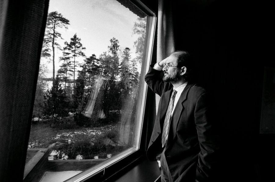 Le 12 octobre 1992, en atterrissant à Helsinki, à l'invitation de Bernard Henry Lévy j'apprends que je vais faire les premières photos de l'écrivain Salman Rushdie depuis que sa tête a été mise à prix pour près de 3 millions de dollars. »