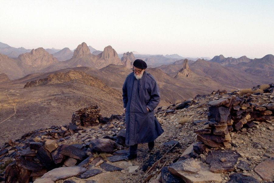 L'abbé Pierre en Algérie (1992) sur les traces du père de Foucault dans le désert du Hoggar «Je m'attendais à retrouver l'abbé Pierre en prière, bréviaire à la main. En fait, il était venu satisfaire un de ses passions: la photographie. Nous avons passé plusieurs nuits face au ciel étoilé. »