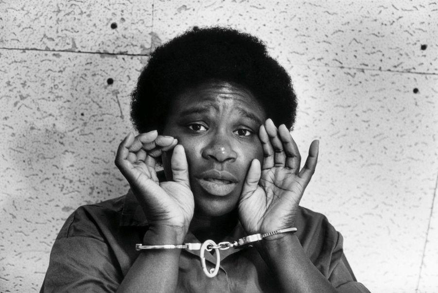 Andréa Jackson , «condamnée à mort pour avoir tué à bout portant un policier qui l'accusait d'avoir falsifié un constat d'assurance sur une voiture vandalisée. Elle a passé 16 ans dans le couloir de la mort avant de voir sa peine commuée en prison à vie. »