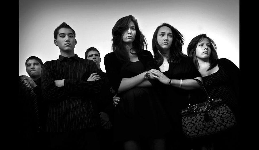 La photographe américaine Barbara Davidson a parcouru Los Angeles sur les traces des gangs, à travers les visages de leurs victimes. Ici, Tori Rowles (au centre), aux obsèques de sa meilleure amie Melody Ross, tuée par une balle perdue. Photo Barbara Davidson/ Los Angeles Times.