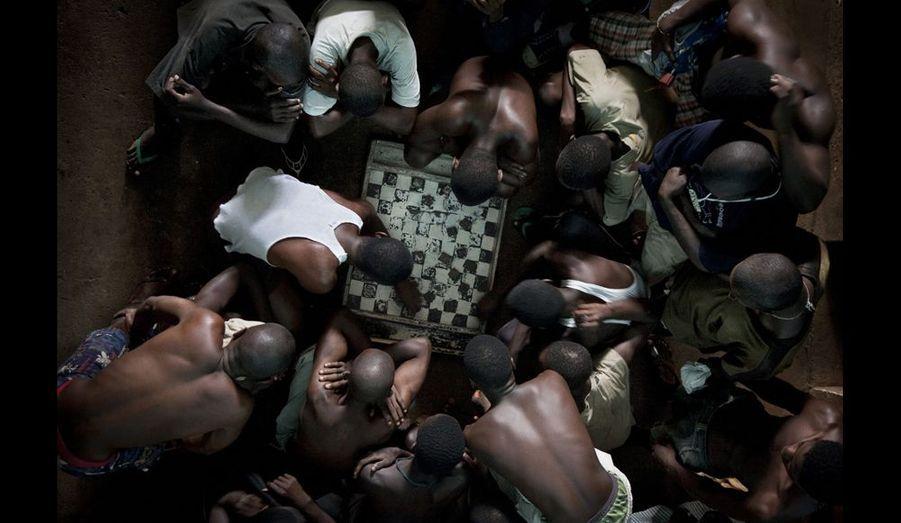 Freetown, Sierra Leone. La dureté de la prison pour les jeunes en Afrique. Les détenus jouent souvent aux dames; certains parient, entraînant dans de nombreux cas des disputes et des rixes. Photo Fernando Moleres / Panos / laif. Août 2010