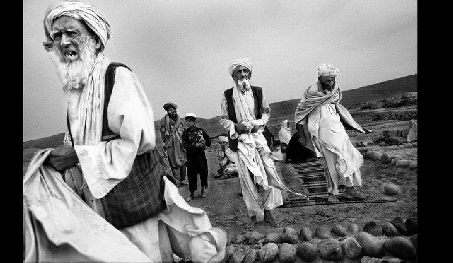 Depuis 2002, ce sont près de 4 millions d'Afghans qui, après une trentaine d'années d'exil, sont retournés en Afghanistan. Malheureusement, la vie s'y avère plus difficile pour eux que dans les camps de réfugiés du Pakistan. Chaque jour, des milliers d'Afghans regagnent leur pays pour, au bout du compte, devoir lutter pour leur survie aux alentours des grandes villes, avec peu, voire aucune aide.