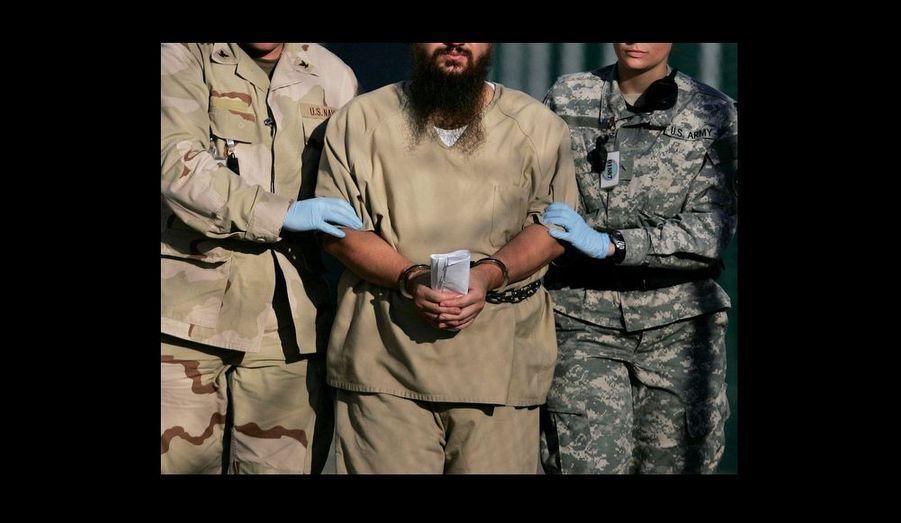 Un détenu enchaîné sous escorte, après son examen annuel par le comité administratif. Selon les agents, l'examen évalue l'état du détenu et lamenace qu'il représente pour la sécurité des États-Unis afin de décider de son maintien en détention.