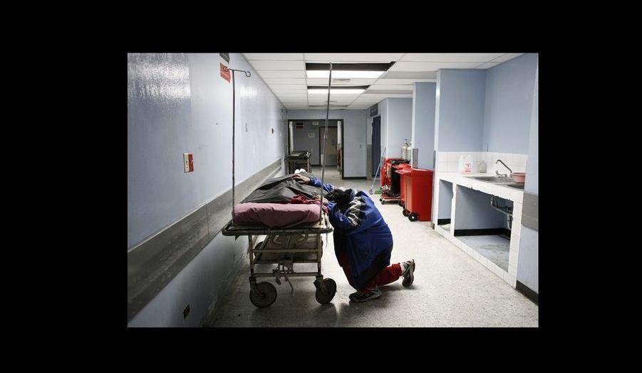 Santiago C., 15 ans, est arrivé aux urgences, blessé par balle. Il a succombé à ses blessures et est décédé à son arrivée à l¹hôpital dans les bras de son père. Membre supposé d¹une mara, il est la victime d¹un gang adverse.