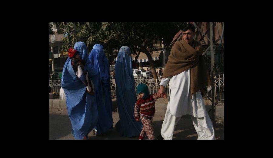 Une famille pakistanaise dans les rues de Peshawar. Les habitants voient chaque jour la pression s¹accroître autour d¹une interprétation toujoursplus rigoriste de la charia.