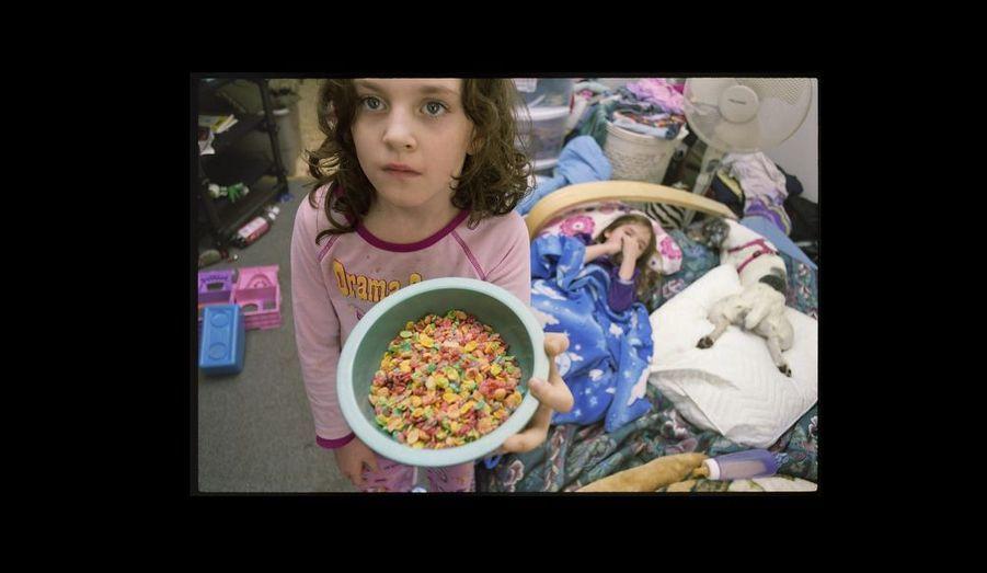 Megan, fille aînée de Laurie, prépare son petit-déjeuner toute seule quand sa mère est au travail.