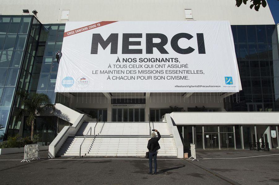 Ce 12 mai 2020 devait marquer l'ouverture du Festival de Cannes 2020, annulé sous sa forme traditionnelle en raison de l'épidémie de la Covid-19. Une grande bâche de remerciement aux soignants a été déployée sur la façade du Palais des festivals.David Lisnard, Maire de Cannes, rend ainsi hommage à tous les soignants et tous ceux qui ont assuré l'ensemble des missions essentielles et incite la population à rester précautionneuse.