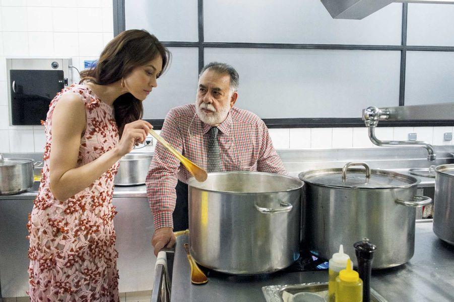 Olga Kurylenko, habillée en Dior (James Bond girl 2008), a le privilège de goûter, la première, la recette de maître Coppola, qui assure lui-même le service.