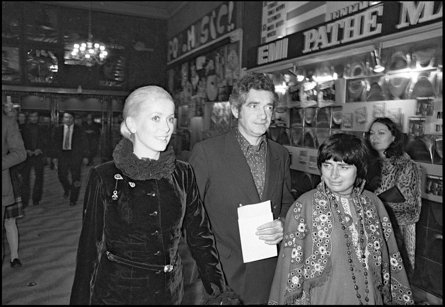 Catherine Deneuve, Jacques Demy et Agnès Varda à l'Olympiapour le concert de Michel Polnareff, en décembre 1972.