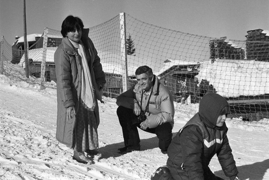 Moment de bonheur en famille pour Agnès Varda,Jacques Demy, etleur fils Mathieu lors du 10ème Festival du Film Fantastique d'Avoriaz, le 20 janvier 1982.