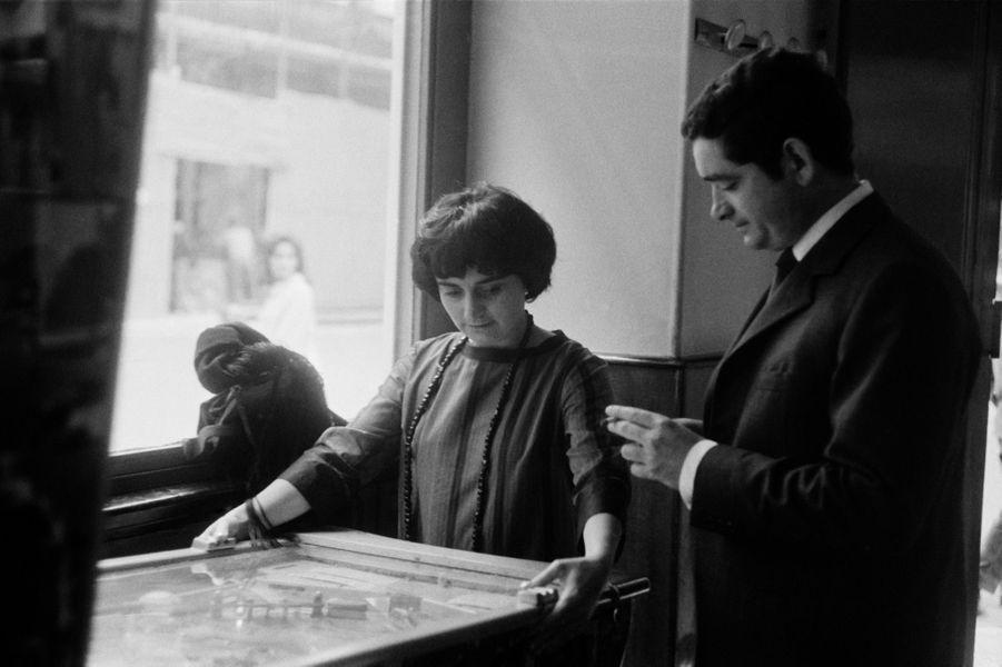 """Agnès Varda et Jacques Demy au Festival de Cannes en 1962. La réalisatrice présente alors son film """"Cléo de 5 à 7""""."""