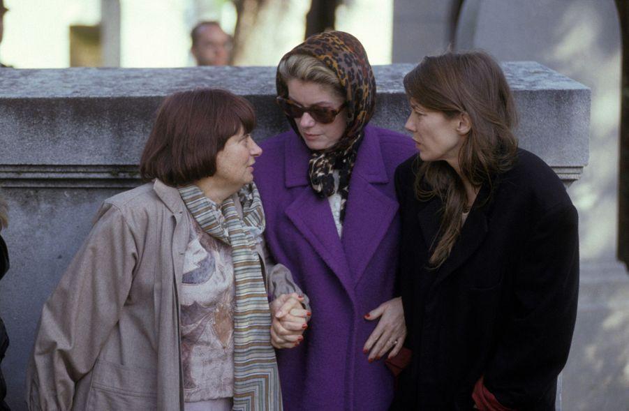 Agnes Varda, Catherine Deneuve et Jane Birkin à l'enterrement de Jacques Demy au cimetière du Montparnasse, le 30 octobre 1990 à Paris.