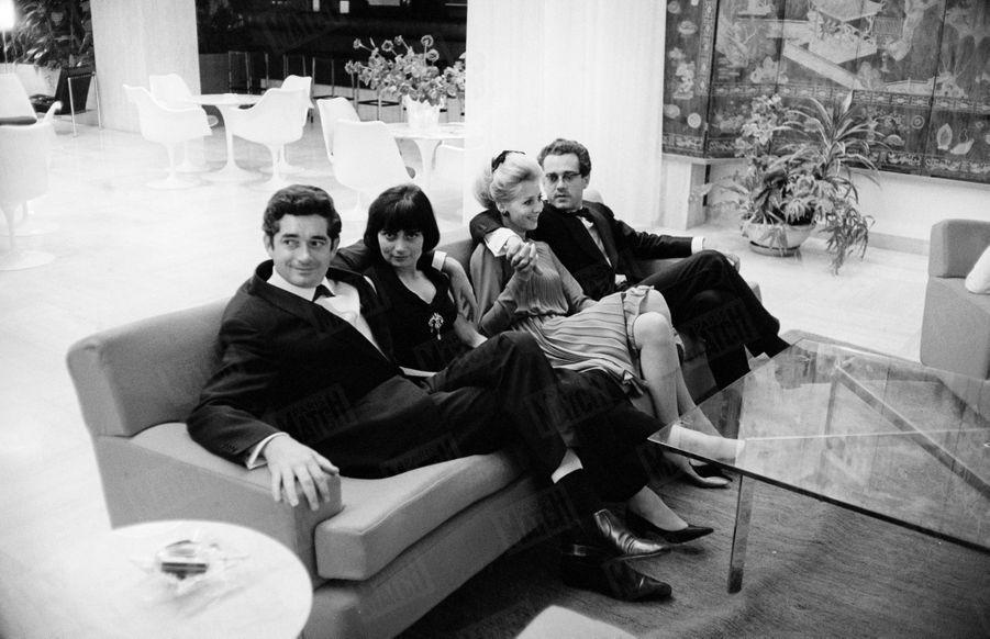 """Agnès Varda et Jacques Demy, aux côtés de Michel Legrand et de son épouse Christine, au 17ème Festival de Cannes, en 1964. Le film du réalisateur, """"Les parapluies de Cherbourg"""", remportera la Palme d'or."""