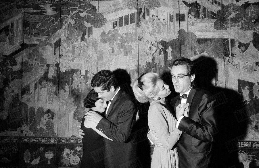 """Agnès Varda et Jacques Demy dansent aux côtés de Michel Legrand et de son épouse Christine, au 17ème Festival de Cannes, en 1964. Le film du réalisateur, """"Les parapluies de Cherbourg"""", viennent de remporter la Palme d'or."""