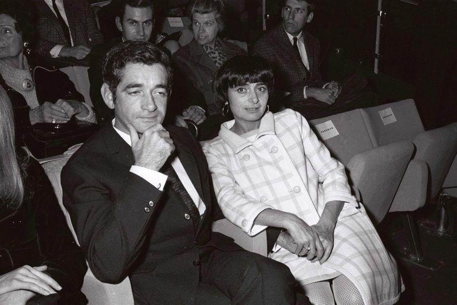 """Agnès Varda et Jacques Demy lors de la première du film """"L'Espion"""" de Raoul Levy, à Paris en novembre 1966."""