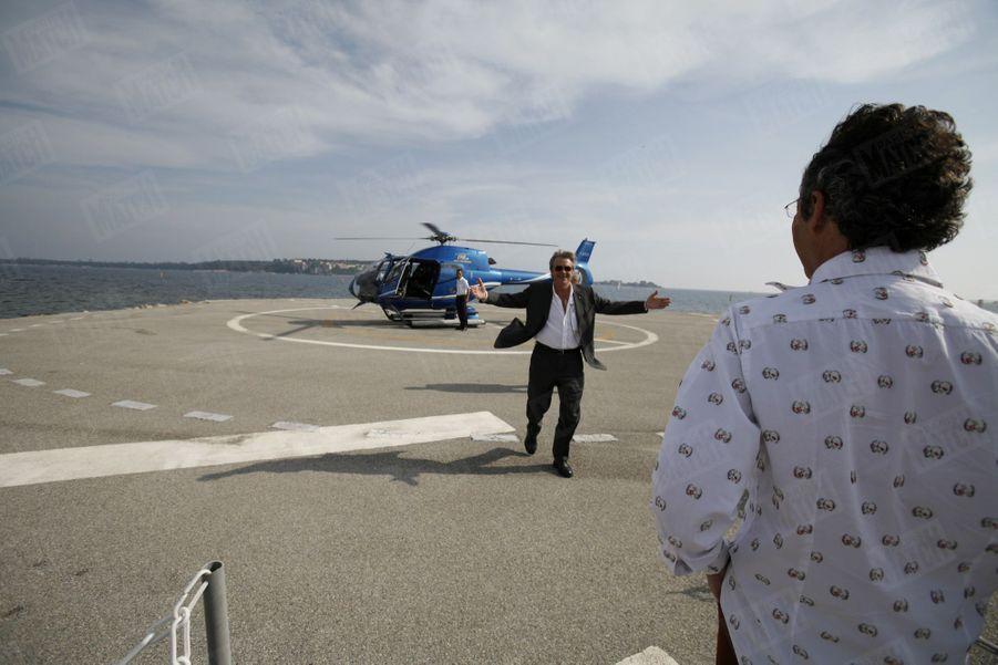 Alain Delonaccueilli à sa descente d'hélicoptère par Michel Denisotau Festival de Cannes, en mai 2006.