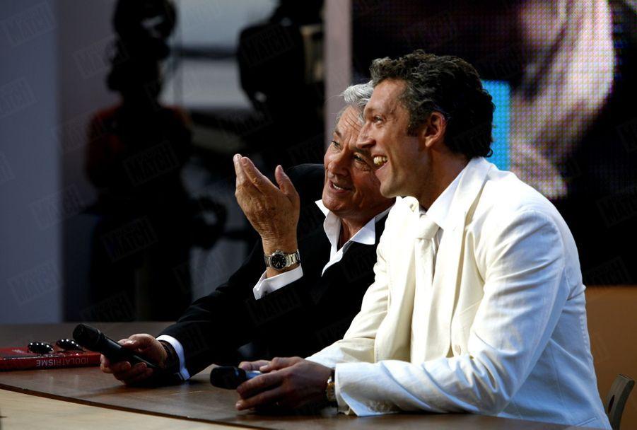 """Alain Delonavec Vincent Cassel sur le plateau du """"Grand journal"""" de Michel Denisotau Festival de Cannes, en mai 2006."""