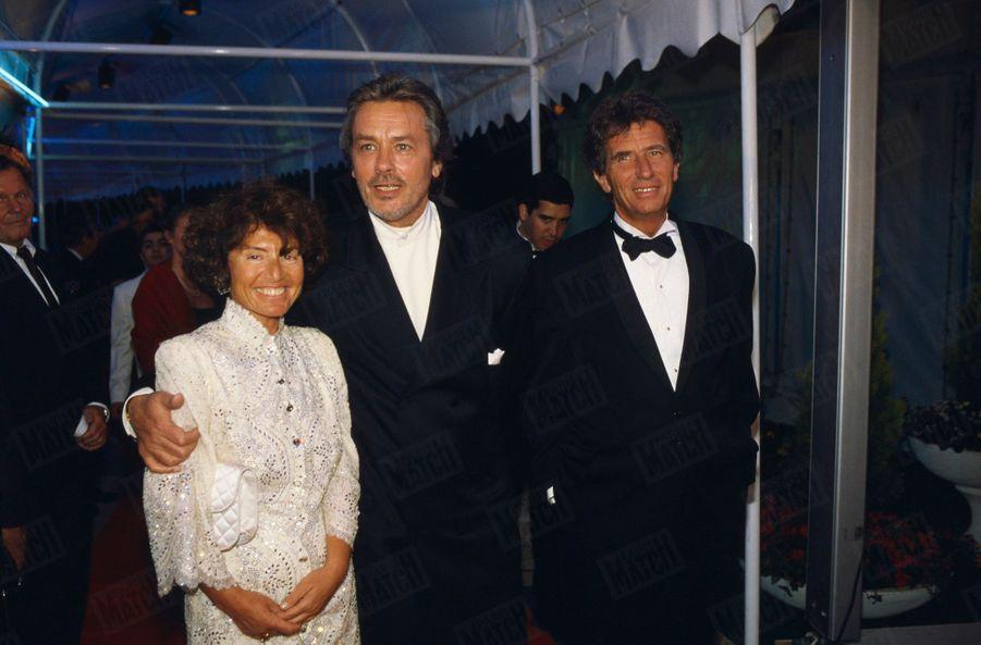 Alain Delon avecJack Lang et son épouse Monique àla cérémonie d'ouverture et la soirée donnée en l'honneur d'Akira Kurosawaau Festival de Cannes, en mai 1990.