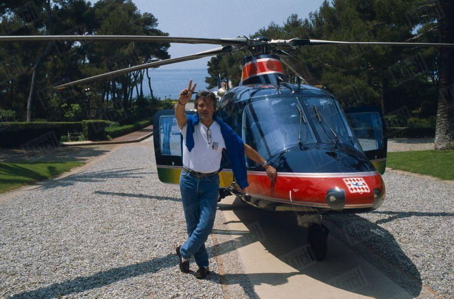 Alain Delon avec son hélicoptère au Festival de Cannes, en mai 1990.