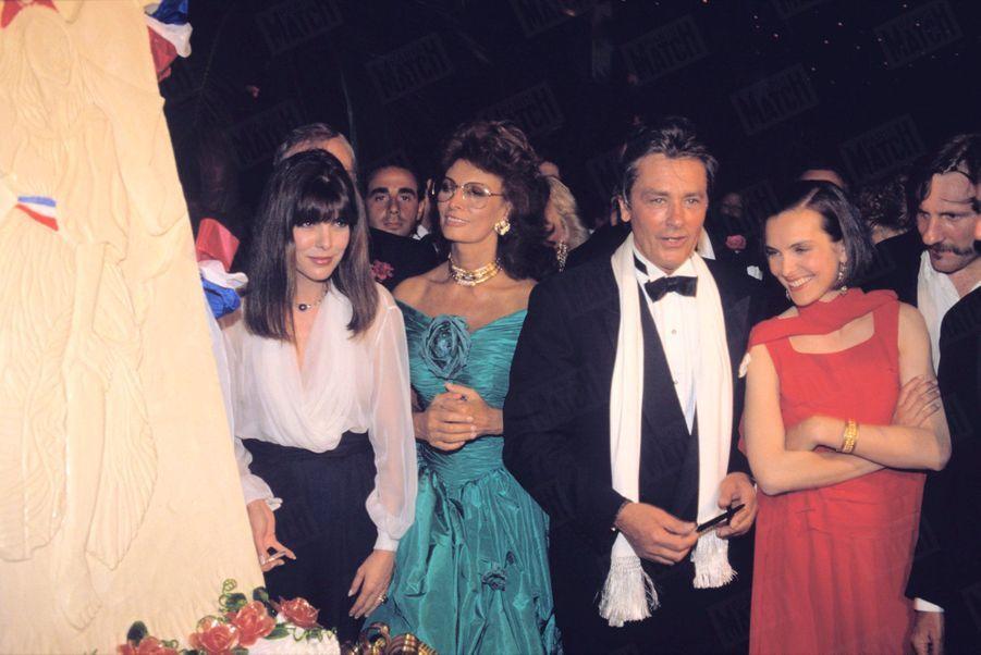 Alain Delon avecla princesse Caroline de Monaco, Sophia Loren, Carole Bouquet et Gérard Depardieuau Festival de Cannes, en mai 1989.