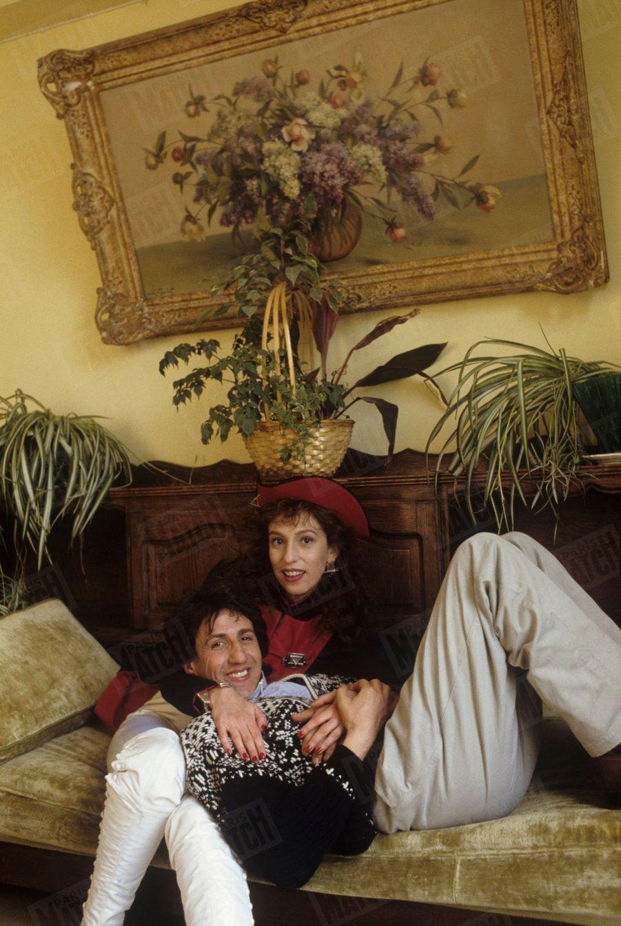 « À Etretat où elle tourne 'L'Accord parfait' de Roger Andrieux, Anémone a retrouvé son partenaire Richard Anconina, dont elle tombe amoureuse...dans le film ! » -Paris Match n°2026, 25 mars 1988.