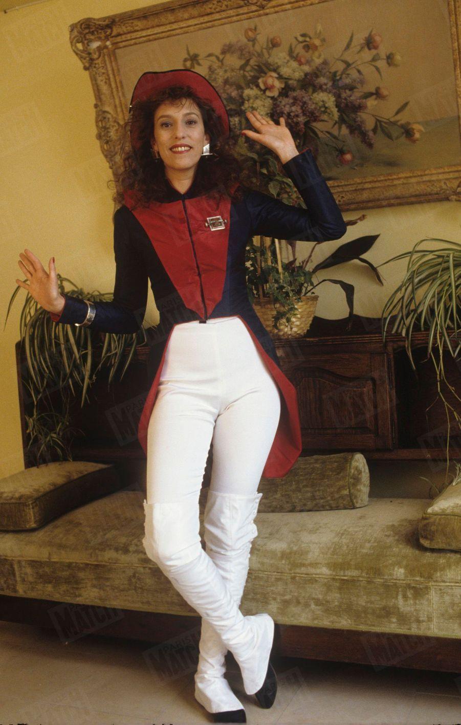 Anémone pose pour Match déguisée en Soldat de l'An II, le 14 mars 1988, deux jours après avoir emporté le César de la meilleure actrice...