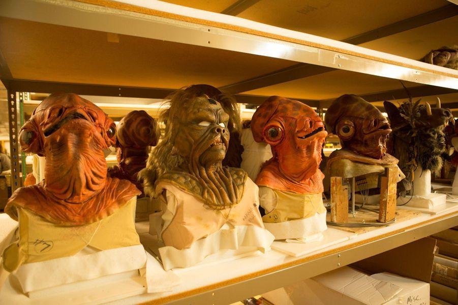 Des masques modelés pour les acteurs.
