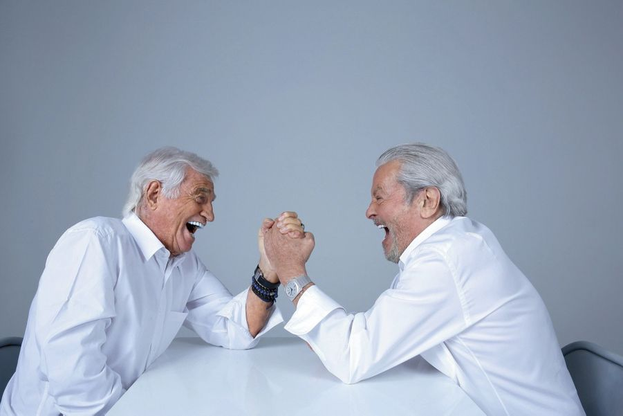 Entre rires et sourires, un bras de fer qui se transforme vite en une amicale poignée de main gauche. La main du cœur.