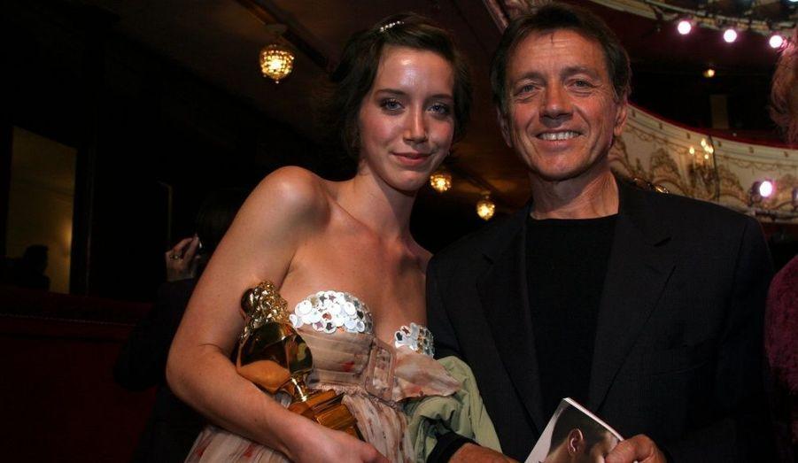 """Avec l'actrice Anny Duperey, Bernard a deux enfants : un fils, Gaël, et une fille née en 1985, Sarah, qui obtient le prix de la """"Révélation féminine"""" lors de la 21eme nuit des Molières en 2007. (Photo: Bernard pose avec sa fille Sara au Théâtre de Paris, le 15 mai 2007.)"""