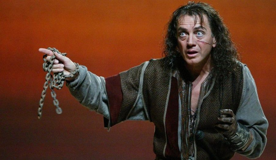Deux tours du monde plus tard, il intègre le Conservatoire supérieur d'art dramatique en 1970. Bernard Giraudeau montera sur les planches pour un total 18 pièces de théâtre au cour de sa carrière. (Photo: Répétitions de la pièce de théâtre Richard III à La Rochelle en 2005.)