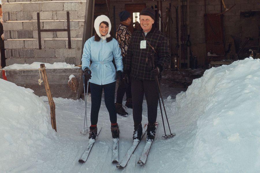 Suisse, Crans-sur-Sierre, 1967 : la chanteuse Sheila et Bourvil font du ski.