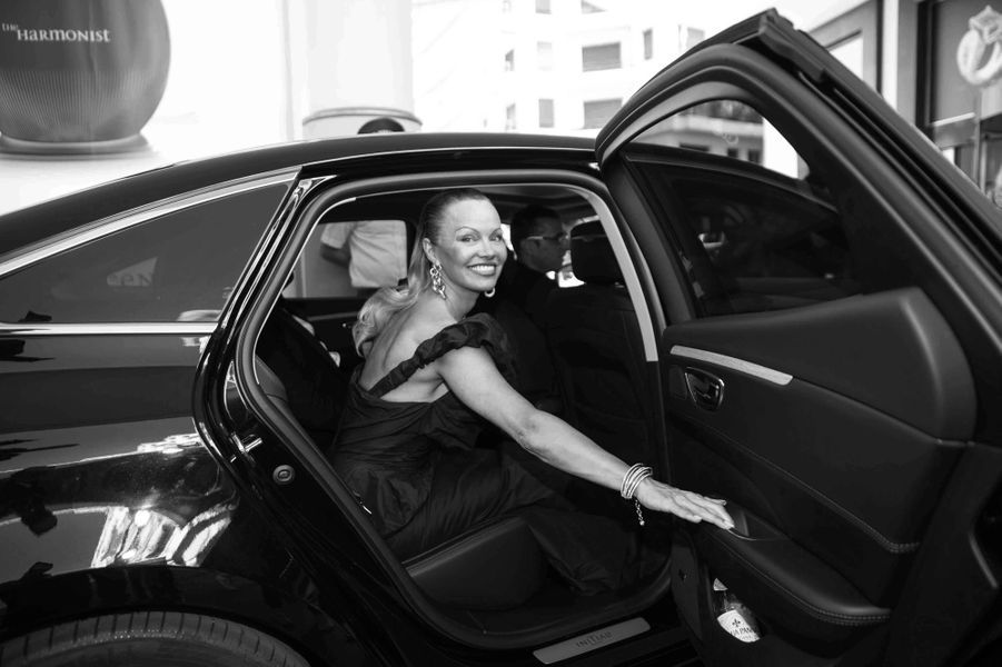 Pamela Anderson pose à l'hôtel Martinez.